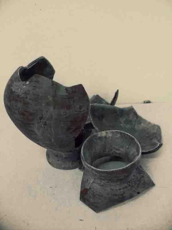 Vase aus glasfaserverstärktem Kunststoff, in Einzelteilen
