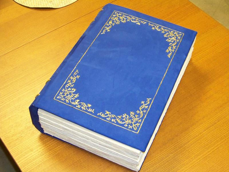ein Requisit in Form eines übergroßen Märchenbuches für den Weihnachtsmann