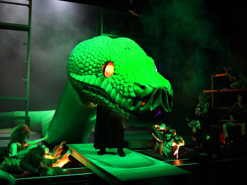 bespielbarer Schlangenkopf in fertigem Zustand während der Inszenierung