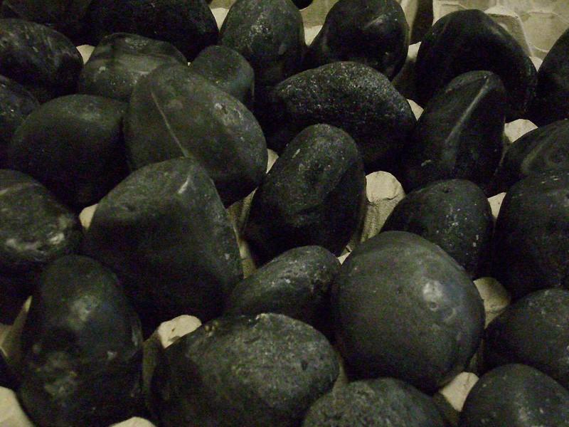 mit Kunstblut befüllbares Requisit in Form von Steinen (Originalabgüsse)