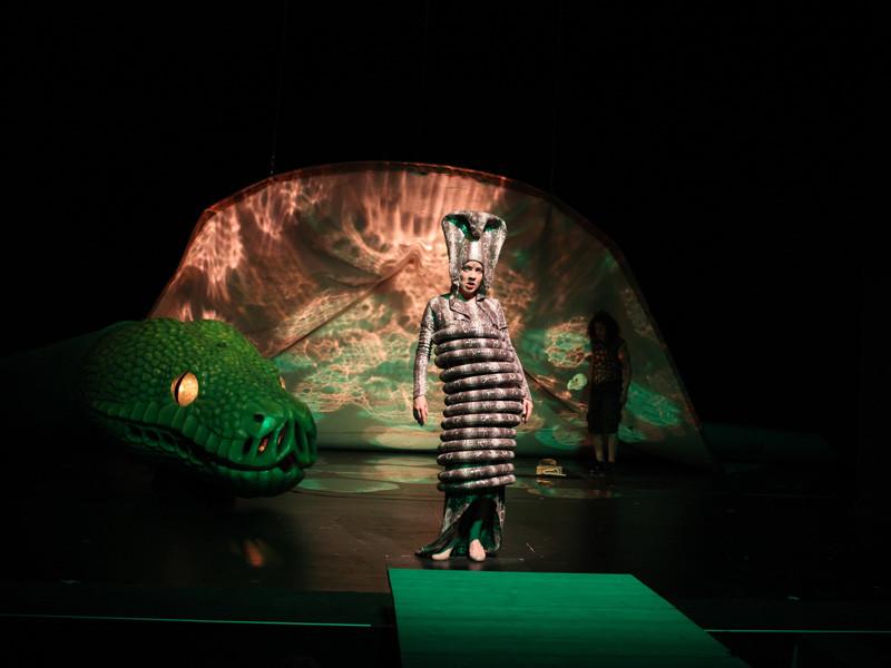 die Schlange Kaa auf der Bühne