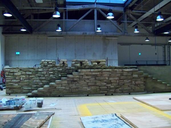 die Holz- und Stahlunterbauten wurden mit polystyrolplatten belegt und die Strukturen gebrochener Steine geschnitzt